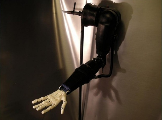 Un ado utilise une imprimante 3D pour créer une prothèse de bras robotique